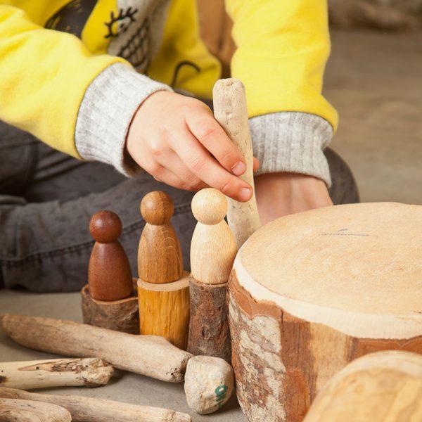 Jugando con 3 Nins de madera Grapat