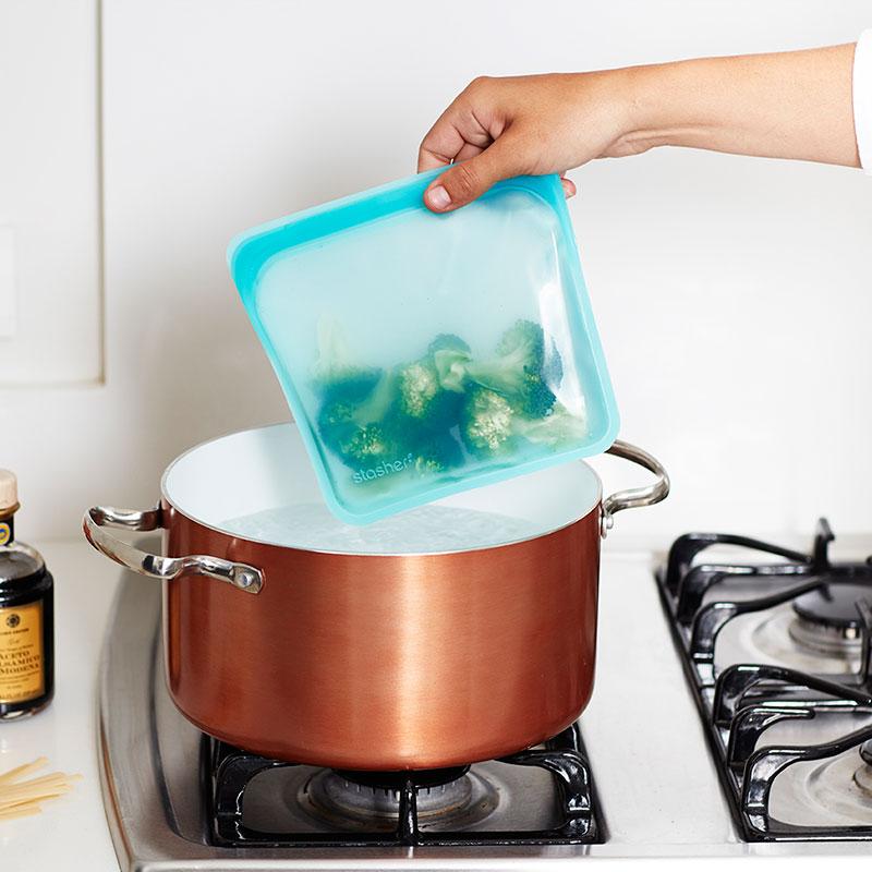 bolsa de silicona Stasher cocinando