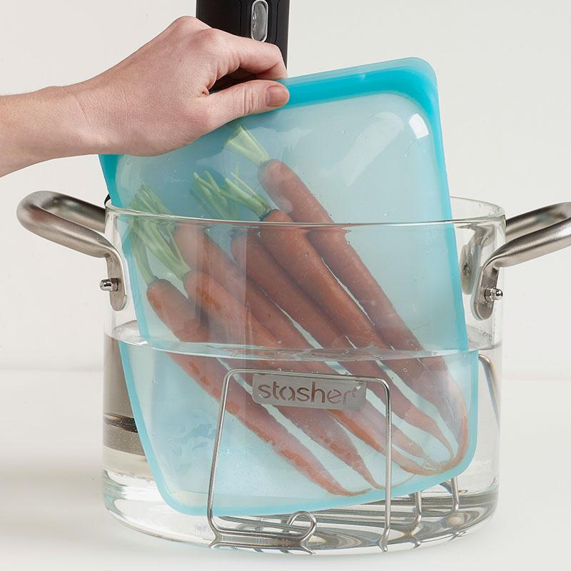 bolsa de silicona Stasher grande cocinando