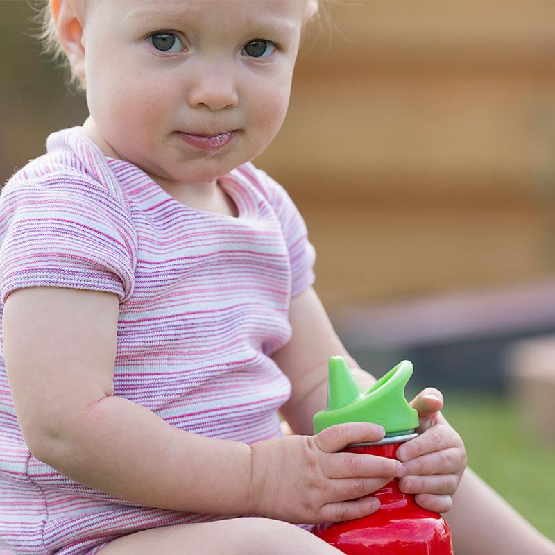 niña con botella acero inoxidable kid sippy