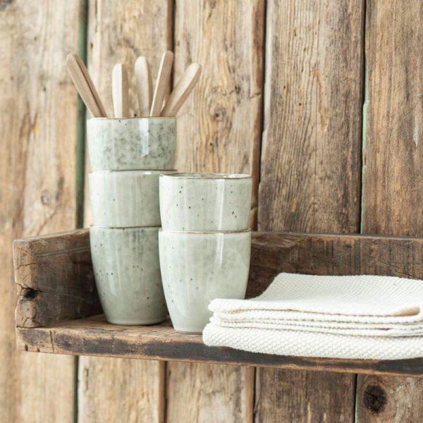 estantería rústica de madera reciclada