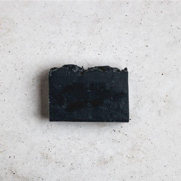 jabón artesanal de carbón activado