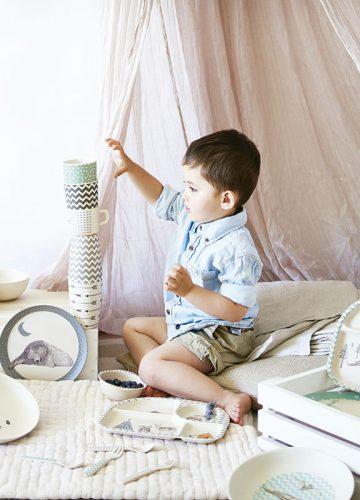 niño jugando con vajillas de bambú