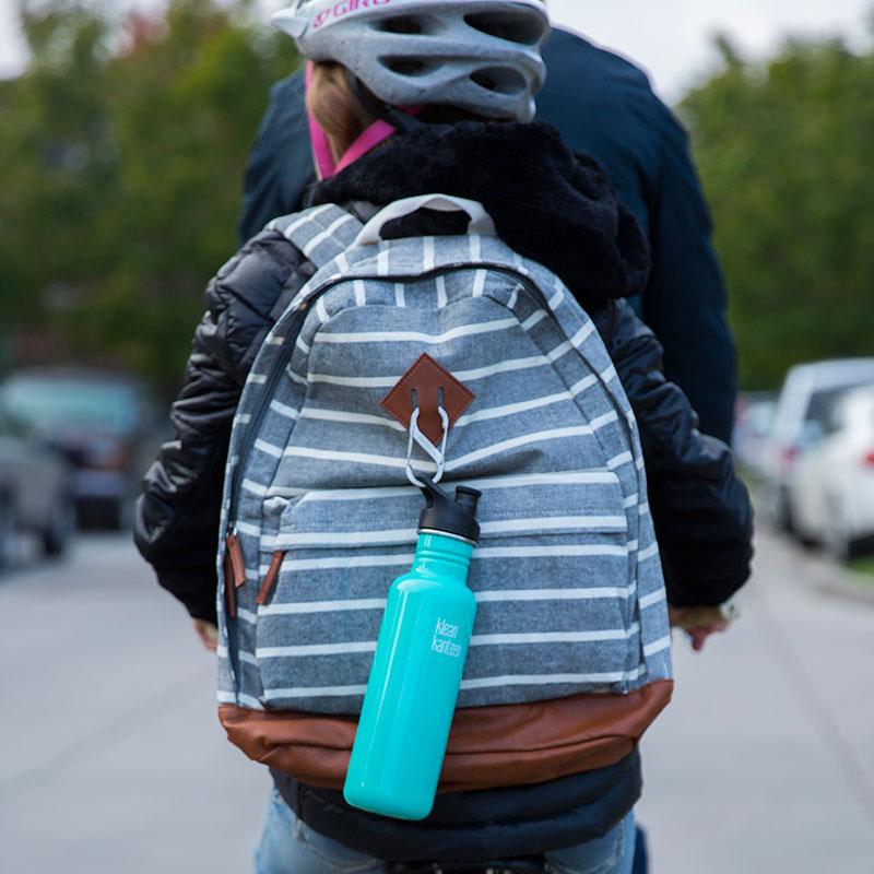 mosquetón acero inoxidable en mochila
