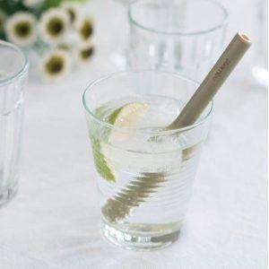 pajitas de bambú cortas reutilizables en un vaso
