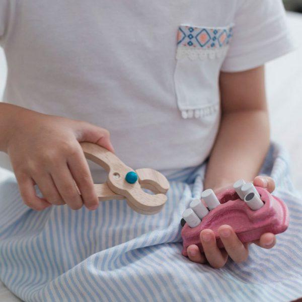 niña jugando con set de dentista